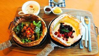 ダッチベイビーパンケーキの「あまからてりやき」(右)と「ベリー」、奥はエスプレッソスムージー