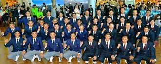 甲子園での健闘を誓い合う沖尚(左側)と美里工のメンバー=那覇空港