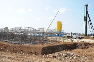 宮古島の陸上自衛隊配備計画で、駐屯地の建設工事が進んでいる千代田カントリークラブ地区=4月28日、宮古島市上野野原(第1ゲートと第2ゲートの間から撮影)