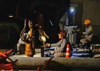 【懸命の作業】夜間も電気の復旧作業に当たる作業員ら=30日午後8時前