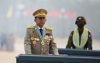 ミャンマー・ネピドーで「国軍記念日」の式典に参列するミン・アウン・フライン国軍総司令官=3月27日(ロイター=共同)