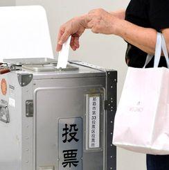 一票を投じる有権者=9日午後、那覇市役所