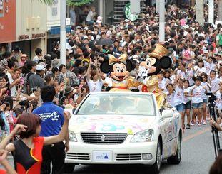 国際通りをパレードするミッキーマウス(右)とミニーマウス=2013年撮影
