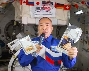 日本から国際宇宙ステーションに持ち込んだ宇宙食を紹介する野口聡一さん(NASAテレビより)
