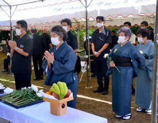 250年前に起きた明和の大津波の犠牲者に祈りをささげる参列者=4月24日、石垣市宮良