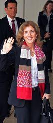 詰め掛けた報道陣に手を振って沖縄を後にするケネディ駐日米大使=13日午後、那覇空港