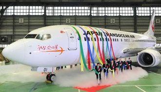 関係者に披露されたJTAの新機材ボーイング737―800型機=2日午後、那覇空港内のJTAメンテナンスセンター