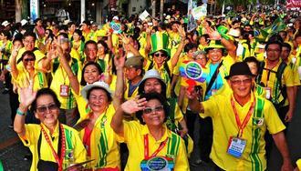 笑顔いっぱいで手を振るブラジルからの参加者