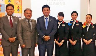 「新JAPAN PROJECT」を発表する日本航空沖縄支店長の渡部勝磨支店長(左から3人目)と沖縄観光コンベンションビューローの平良朝敬会長(同4人目)=日、那覇市のJTA本社