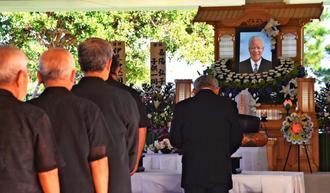 多くの人が参列し、別れを告げた嘉陽宗義さんの告別式=名護市辺野古