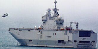 米軍ホワイトビーチの沖合に停泊するフランス海軍の強襲揚陸艦「トネール」=5日、うるま市勝連(読者提供)