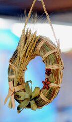 久高島のお年寄りたちが島産の植物で手作りした「ガンシナ注連七輪」
