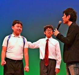 「コザお笑い劇場」に出演した中尾君(左)と座喜味君(中央)=1月28日、沖縄市民小劇場あしびなー