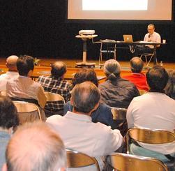 ジョン・ミッチェル氏が講演した「返還軍用地の環境汚染を考える会」=読谷村文化センター