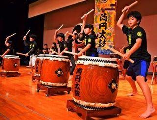 フェア本番に向け、練習に力が入る伊是名尚円太鼓のメンバー=1月27日、伊是名村産業支援センター