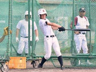 3回戦に向け打撃練習で調整する嘉手納ナイン=津門中央公園野球場