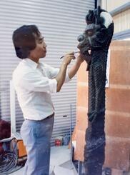 正殿の小龍柱を制作する西村貞雄さん=1989年6月(本人提供)