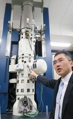 高さ約3メートルの新開発の電子顕微鏡を説明する柴田直哉東京大教授=23日、東京都文京区