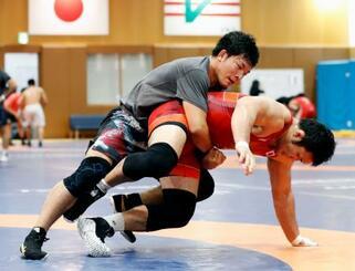 練習する86キロ級の高谷惣亮(上)=東京都北区の味の素ナショナルトレーニングセンター