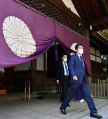 春季例大祭に合わせ靖国神社を参拝した安倍前首相=21日午前、東京・九段北