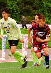 裏に抜けたボールを追い掛けるFC琉球のFW播戸竜二(右)=南城市陸上競技場(新垣亮撮影)