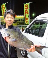 8日、北部西海岸のクイシにて46・1センチ1・32キロの尾長グレを釣った名釣会の水野晃さん