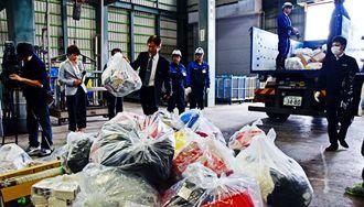 沖縄地区税関は2016年に差し止めした偽ブランド品などを廃棄物処理施設で焼却処分した=沖縄市登川