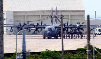 エンジンをかけた状態で、旧海軍駐機場を使うMC130特殊作戦機=5日正午ごろ、米軍嘉手納基地(読者提供)