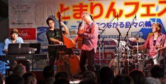 ジャズの演奏で盛り上がる「とまりんフェスタ」=12日、那覇市泊