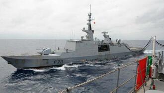 海上自衛隊の補給艦「ましゅう」(手前)から補給を受けるフランス海軍のフリゲート艦「シュルクーフ」=4日、沖縄周辺海域(海上自衛隊提供)