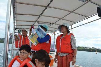 船から大浦湾の海上作業現場を視察する阿部共同代表(右)=2日、名護市大浦湾