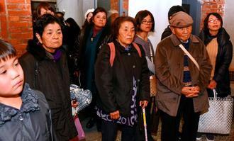 2・28事件の記念式典に出席するために台湾入りし、台湾の「従軍慰安婦」の展示施設を訪れた遺族ら=27日午後、台北市内