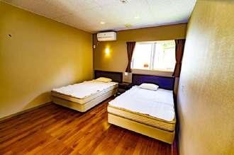 ホテル「カラカウア」の通常タイプの客室(同ホテル提供)