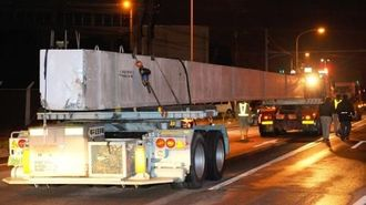 トレーラーの荷台に積まれていたとみられる橋桁=14日午前0時45分ごろ、北中城村瑞慶覧の国道330号