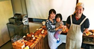 「気軽に来てもらえる店を続けたい」とほほ笑む(右から)山上智之さん、娘の稀子ちゃん、妻の真喜子さん