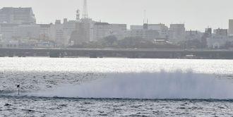 不発弾の爆破処理で上がった水しぶき=19日午前10時10分、那覇新港沖合