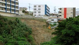 住宅地下の崖が崩れた現場=12日、うるま市川田