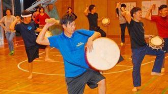 8月の派遣に向け練習に励む実行委員会のメンバー=北中城村島袋公民館