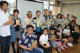 「島人ぬ宝さがし」に応募した新名所が選ばれた市民らと記念撮影する比嘉栄昇さん(前列左)=石垣市役所