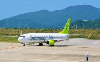那覇から南ぬ島石垣空港に到着したソラシドエアの初便=29日正午すぎ