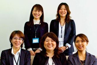 川満宏子さん、大宜見久美子さん、花城早香さん、棚原淳さん、知名百合香さん(後列左から時計回り)=沖縄タイムス社