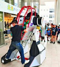 おーい!子どもたち、ロボットに搭乗できるぞ! 那覇で体験型イベント開催中