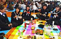 ピクニック? いえ、宮古島では恒例です 受験に「カツ」! 沖縄で県立高校入試始まる