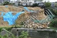 死亡事故現場の石積み、また崩れる 沖縄・北中城 台風対策は?