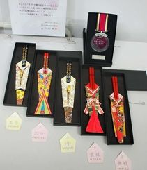 魅力ある日本のおみやげコンテストで準グランプリを受賞した和装箸袋=1月29日、沖縄タイムス社