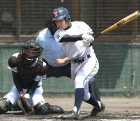 興南-コザ 2回表興南1死満塁、遠矢大雅が右中間を破る3点三塁打を放つ=北谷球場(田嶋正雄撮影)