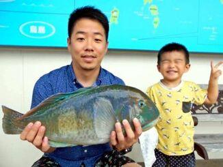宮城島で54センチ、3.16キロのマクブを釣った多和田真太郎さん(左)=10月19日