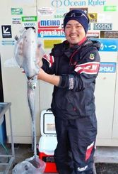 1月29日、恩納村字冨着海岸で1.56キロのアオリイカを釣った永山潤さん。餌木は3.5号ピンク
