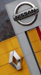 フランスの販売店に掲げられたルノー、日産のロゴ=15日、サンタボル(ロイター=共同)