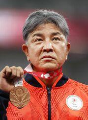 男子400メートル(車いすT52)の表彰式で、銅メダルを手にする上与那原寛和=国立競技場